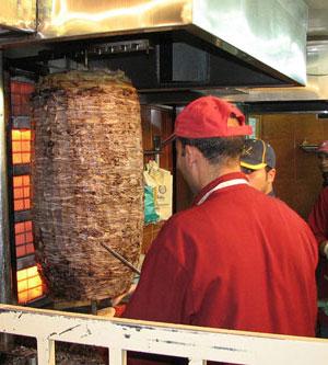 Le shawarma du reem cafeteria en jordanie tour du monde for Cuisinier kebab